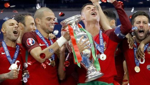 Pepe y Cristiano Ronaldo levantando la Eurocopa. (Foto: AP)