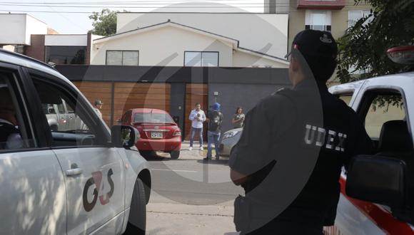 Fiscal José Domingo Pérez encabeza el allanamiento en la casa de Monteverde. Dos de los investigados ya fueron detenidos. (Foto: Juan Ponce/ El Comercio)