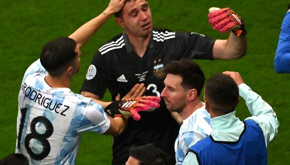 Argentina's goalkeeper Emiliano Martinez celebrates with teammates at the end of the Conmebol 2021 Copa America football tournament semi-final match against Colombia at the Mane Garrincha Stadium in Brasilia, Brazil, on July 6, 2021. (Photo by EVARISTO SA / AFP)