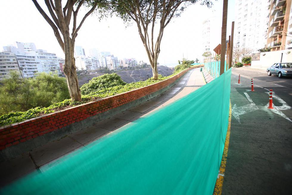 La vereda del Malecón Armendariz ha sido cercada con un manto para la construcción del parque Bicentenario. Este trabajo empezó el jueves pasado. (Foto: Hugo Curotto / @photo.gec)