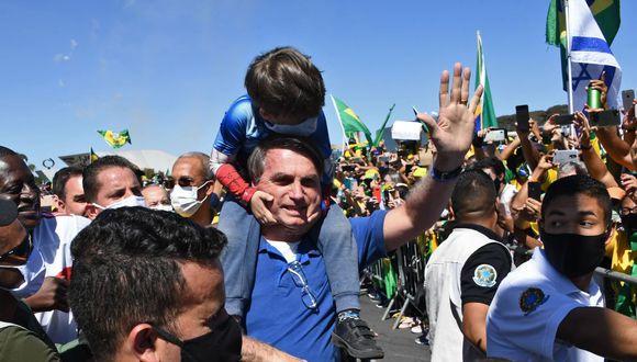 Jair Bolsonaro vuelve a arengar simpatizantes y causa aglomeración en plena crisis de coronavirus en Brasil. (AFP / EVARISTO SA).