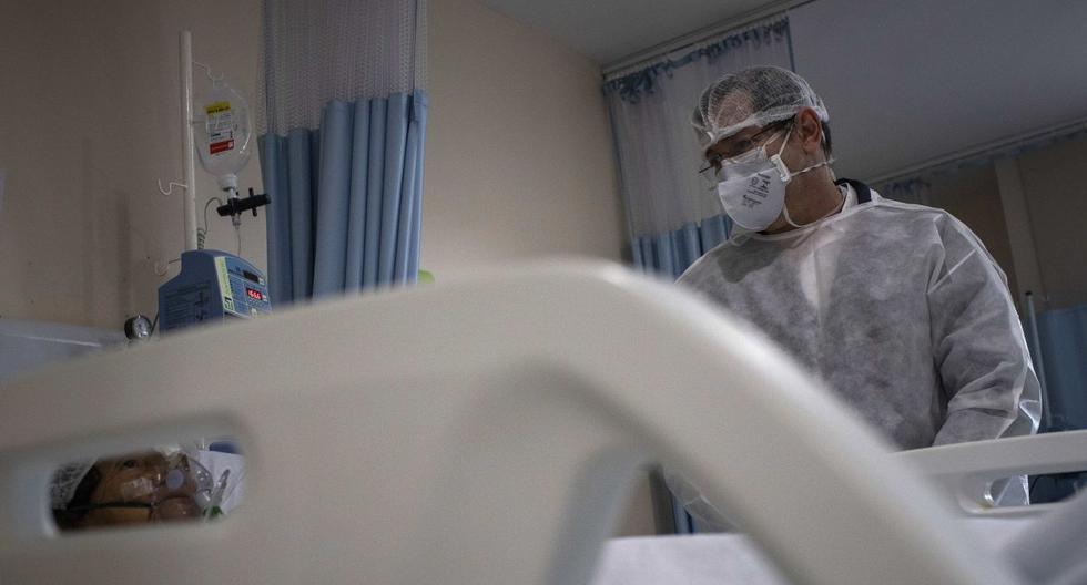 Un paciente con coronavirus recibe tratamiento en el hospital de Manaus (Brasil). (Foto: EFE/RAPHAEL ALVES/Archivo).
