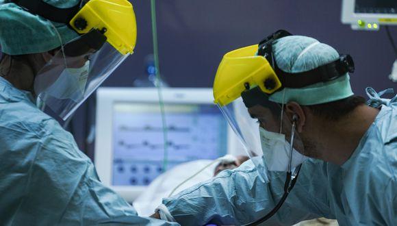 Médicos atienden a un paciente de COVID-19 en un hospital de Italia. (Foto: Kenzo TRIBOUILLARD / AFP)