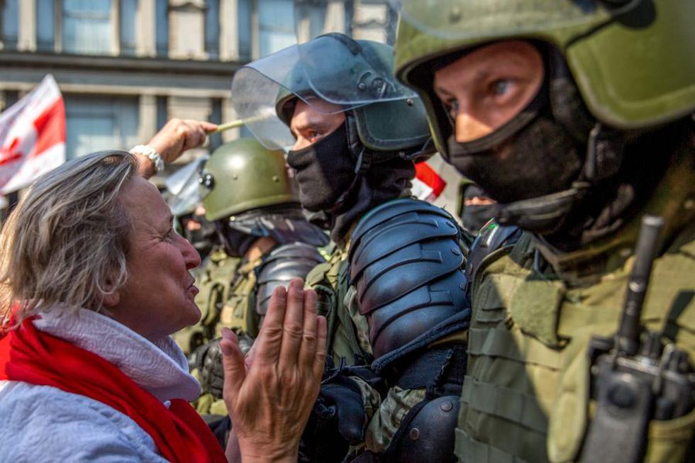 Una manifestante habla con un militar bielorruso mientras los partidarios de la oposición se manifiestan para protestar contra los resultados de las elecciones presidenciales que le dieron el triunfo a Alexander Lukashenko. (Foto: TUT.BY / AFP).