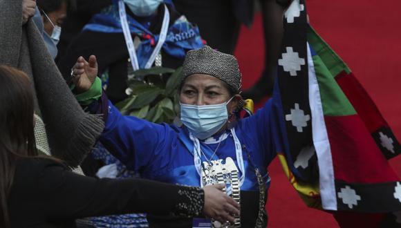 La representante de la Asamblea Constituyente Indígena Mapuche, Elisa Loncón, levanta los brazos luego de ser elegida presidenta de la Asamblea Constituyente durante la sesión inaugural de la Convención Constitucional en el edificio del Congreso en Santiago, Chile. (Foto: AP / Esteban Félix)