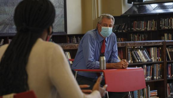 El acalde demócrata Bill de Blasio en la Collaborative High School del Bronx. (Foto: AP)