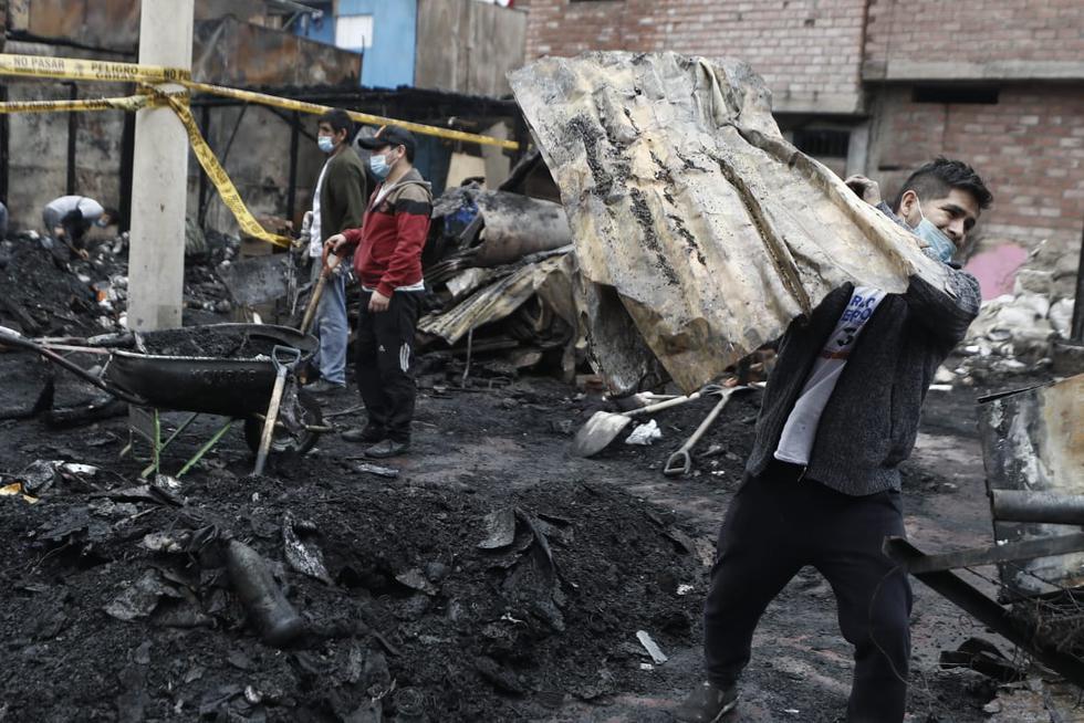 Decenas de familia quedaron sin hogar luego de que la zona comercial de Cantagallo, en el distrito del Rímac sufriera un incendio. El siniestro inició a las 5:40 p.m. y se necesitó de 18 unidades de bomberos para apagarlo. (Fotos: César Campos / @photo.gec)