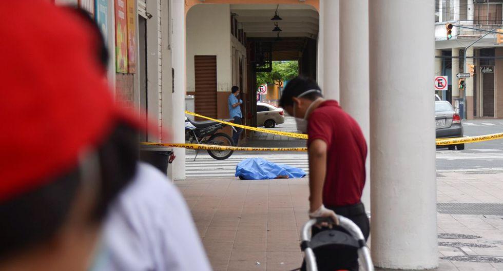El cadáver de un hombre que se había derrumbado en la acera es visto en la ciudad de Guayaquil. (REUTERS/Vicente Gaibor del Pino).