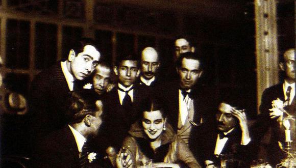 Valdelomar (en primer plano), Mariátegui (con corbata negra ancha) y demás intelectuales de la época rodean a la bailarina Norka Rouskaya en el Palais Concert. [Foto: Archivo José Carlos Mariátegui]