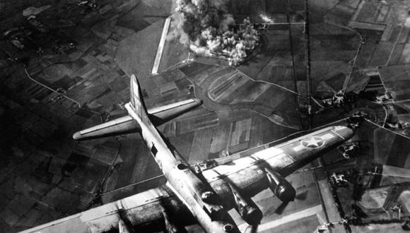 Bombardeo de una fábrica en Marienburg, Alemania, en octubre de 1943. (Foto: US Air Force)
