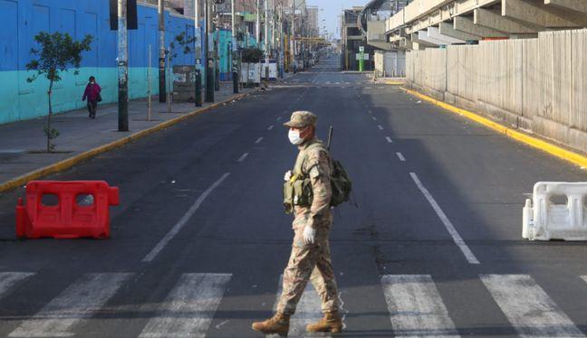 Las calles lucen vacías, pero los militares y policías continúan con su ardua labor.   Foto: GEC