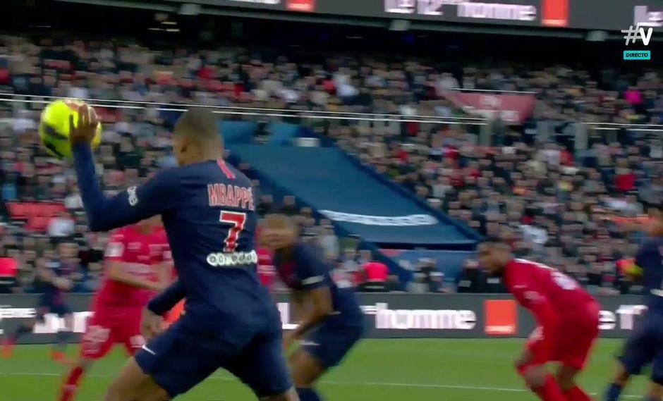 """¿Es que acaso Kylian Mbappé quiso emular la """"mano de Dios""""? Si así hubiera sido, se topó con el Sistema de Videoarbitraje, que invalidó de manera inmediata la anotación en el PSG vs. Nimes. (Foto: captura de video)"""