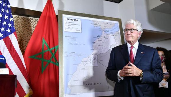 El Embajador de los #USA en #Marruecos, David Fischer, dio a conocer el nuevo mapa adoptado por la administración estadounidense tras el decreto presidencial que reconoce la soberanía del Reino de Marruecos sobre su Sahara. (Gobierno de Marruecos)