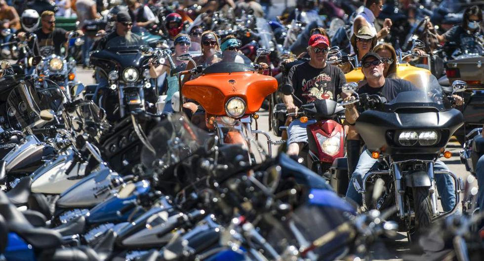 """Los motociclistas recorren una calle durante una nueva edición del """"Sturgis Motorcycle Rally"""" en la localidad de Sturgis en Dakota del Sur (Estados Unidos). Esta celebración ocurre en medio del coronavirus. (Michael Ciaglo/Getty Images/AFP)."""