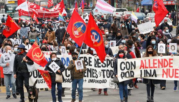 Manifestantes marchan en Chile, recordando un aniversario más del golpe de Estado de Pinochet. REUTERS