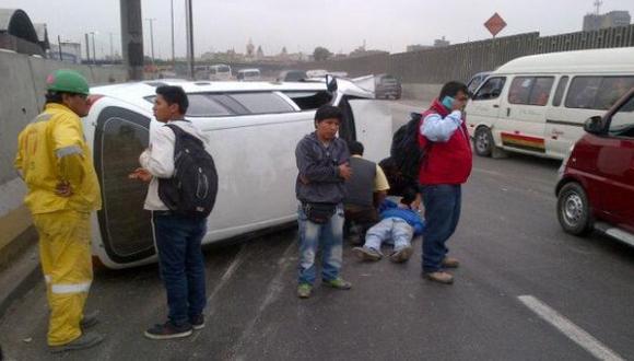 Vehículo se volcó en Vía de Evitamiento dejando un herido