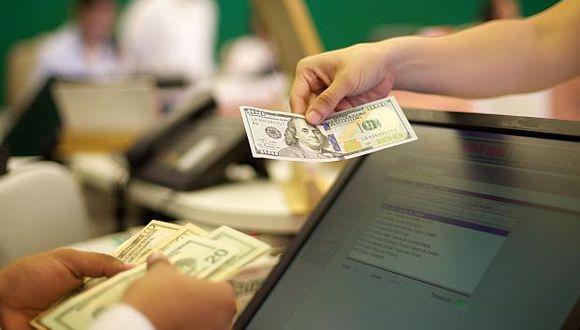 El dólar alcanzaba unprecio de venta de S/3.535 en los bancos de la ciudad en horas de la mañana. (Foto: El Comercio)