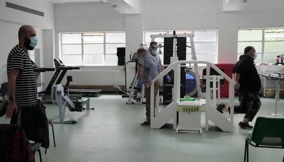 Fisioterapeutas trabajan con cada paciente para ayudarlos a recuperar fuerza y movilidad. (BBC)