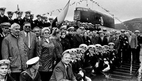Tripulación del Kursk posa junto al inmenso submarino en 1999. (Foto: Agencia AFP)