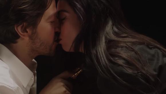 """Diego Luna y Mon Laferte en el video de """"El beso"""". (Foto: YouTube)"""