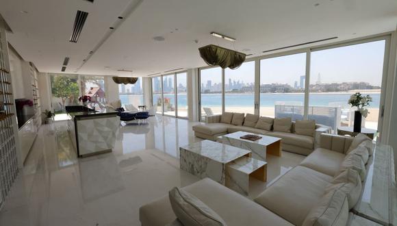 Esta imagen muestra la sala de estar de una villa de lujo en venta en una de las islas artificiales de Palm Jumeirah, en la costa del emirato del Golfo de Dubai. (Foto: Giuseppe CACACE / AFP).