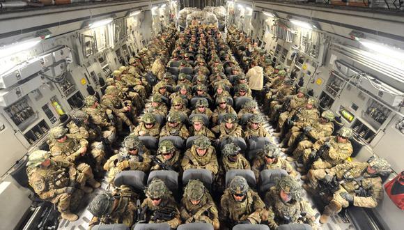 En esta foto de archivo tomada el 15 de abril de 2011, los soldados estadounidenses de la 234ª División de Infantería, Fort Riley, Kansas, viajan en un avión hacia Afganistán. (Foto de VYACHESLAV OSELEDKO / AFP).