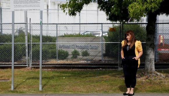 Sandra Videla, cuyo esposo guatemalteco Timoteo Vicente-Chun está detenido en el Northwest ICE Processing Center, posa frente a las instalaciones en Tacoma, Washington, EE. UU. 29 de junio de 2020. (Foto: Reuters / Lindsey Wasson)