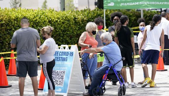 La gente espera en la fila en un sitio de prueba de COVID-19 del condado de Miami-Dade. (Foto: AP / Lynne Sladky)