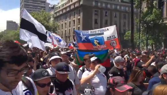 Chile: Barristas de equipos fútbol se suman a la multitudinaria marcha contra el gobierno de Piñera. Foto: Captura de video