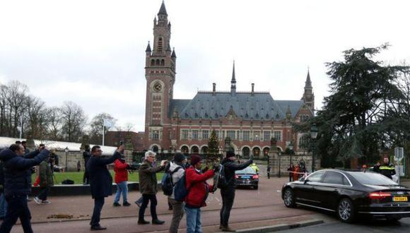 Turistas y transeúntes toman fotos del edificio de la Corte Penal Internacional en La Haya, Holanda. REUTERS/Eva Plevier