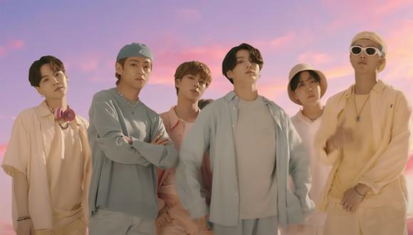 """La boy band surcoreana en su video musical """"Dynamite"""", single con el cual ganaron el premio a Mejor Canción en los EMAs 2020 (Foto: Big Hit Labels/Youtube)"""