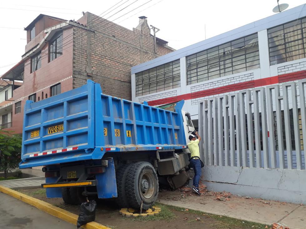 Volquete se estrella contra fachada de un colegio y deja al menos tres niños heridos. (Fotos: Giancarlo Ávila)