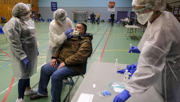 Personal se salud realiza una prueba de coronavirus a un hombre en Charleville-Mezieres. (Foto: EFE)