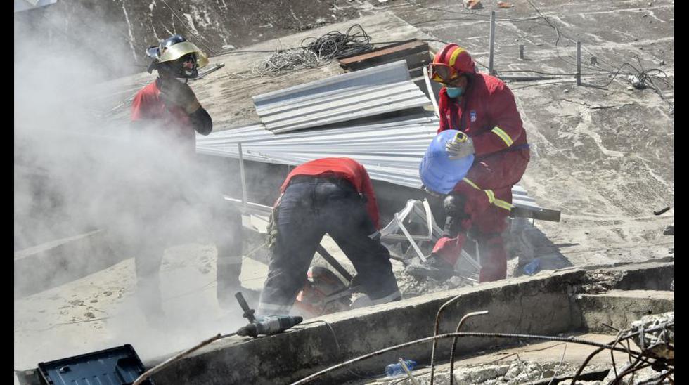 Los bomberos peruanos que buscan sobrevivientes en Ecuador - 4