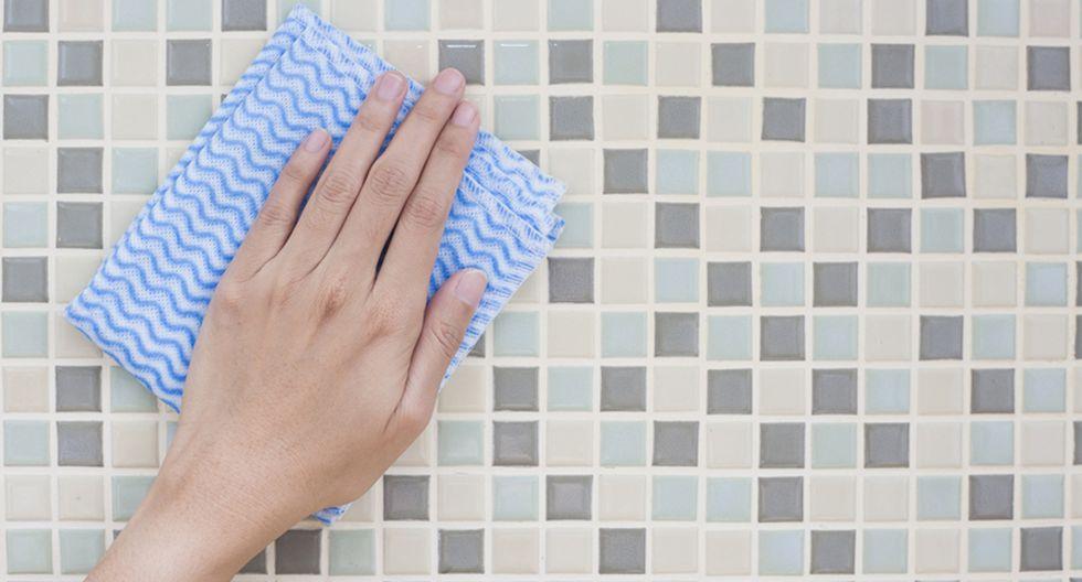Para que tus azulejos luzcan como nuevos, debes mezclar dos tazas de agua y ½ taza de enjuague bucal. (Foto: Shutterstock)