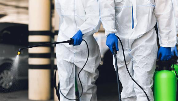 Pulverizar cloro u otros productos químicos tóxicos en personas puede causar, según la OMS, irritación en los ojos y en la piel, broncoespasmos y tener efectos gastrointestinales. (Foto: Shutterstock)