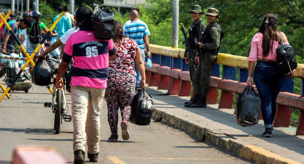 Apenas tomó lo necesario para llegar en bus a la ciudad fronteriza de Cúcuta. (Foto: AFP)