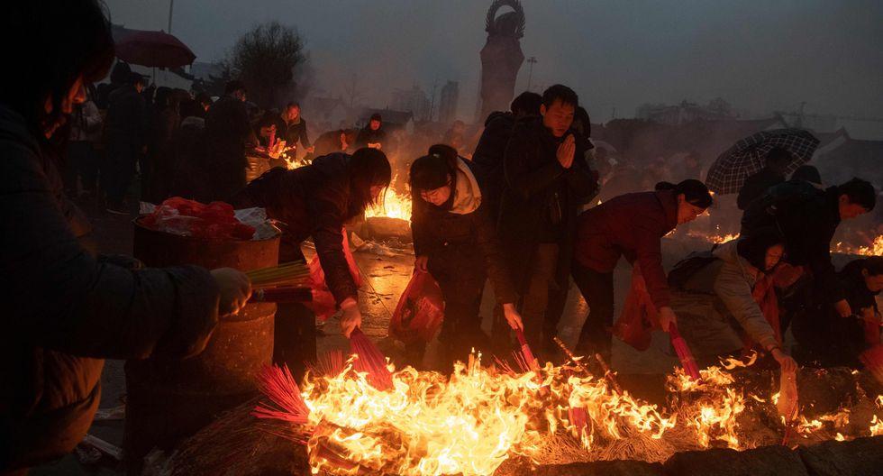 Miles de peregrinos acudieron este sábado a un templo del centro de China para rendir homenaje al Dios de la Riqueza, coincidiendo con la celebración del Año del Cerdo. (AFP)