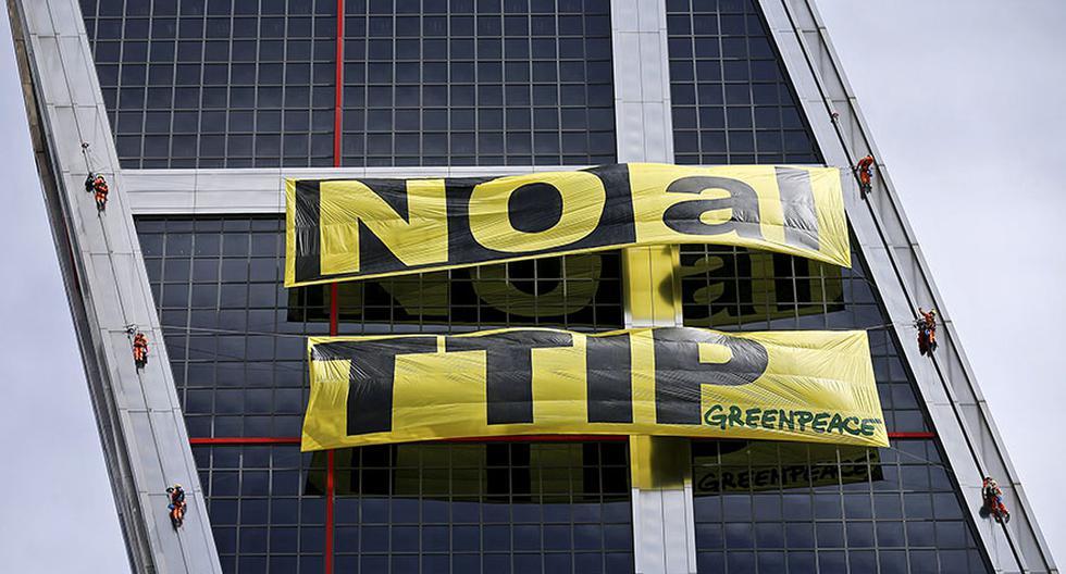 Activistas de Greenpeace protestan en Torres Kio contra el TTIP - 6