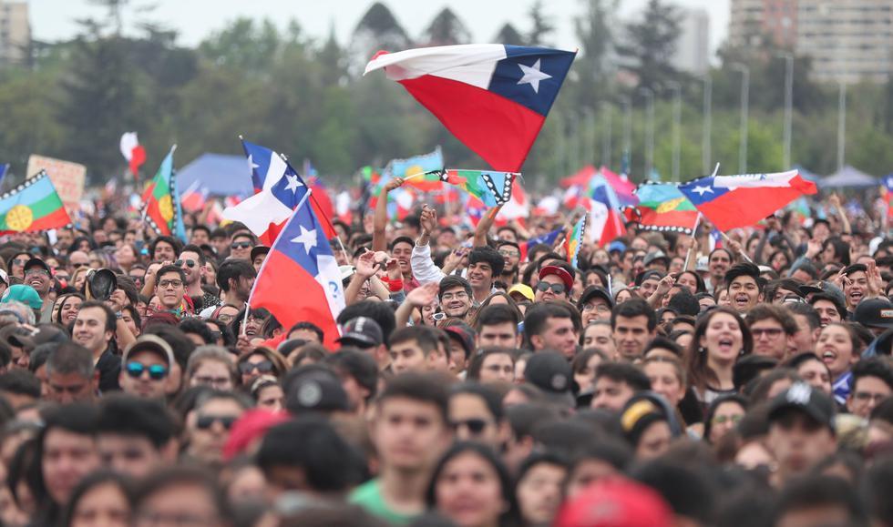 """Unos 30.000 chilenos acudieron al concierto denominado """"El derecho de vivir en paz"""" en el  este domingo en el parque O'Higgins de Santiago en contra del Gobierno. (EFE/Fernando Bizerra Jr)."""