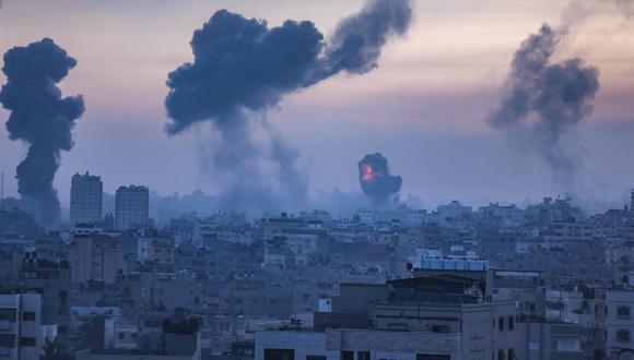 El humo y las llamas se elevan después de un ataque aéreo de Israel en la ciudad de Gaza, el 12 de mayo de 2021. (EFE / EPA / HAITHAM IMAD).