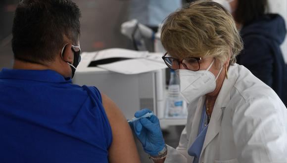Un hombre recibe una inyección de la vacuna Johnson & Johnson contra el coronavirus en un centro de vacunación del Wizink Center de Madrid (España), el 21 de mayo de 2021. (PIERRE-PHILIPPE MARCOU / AFP).