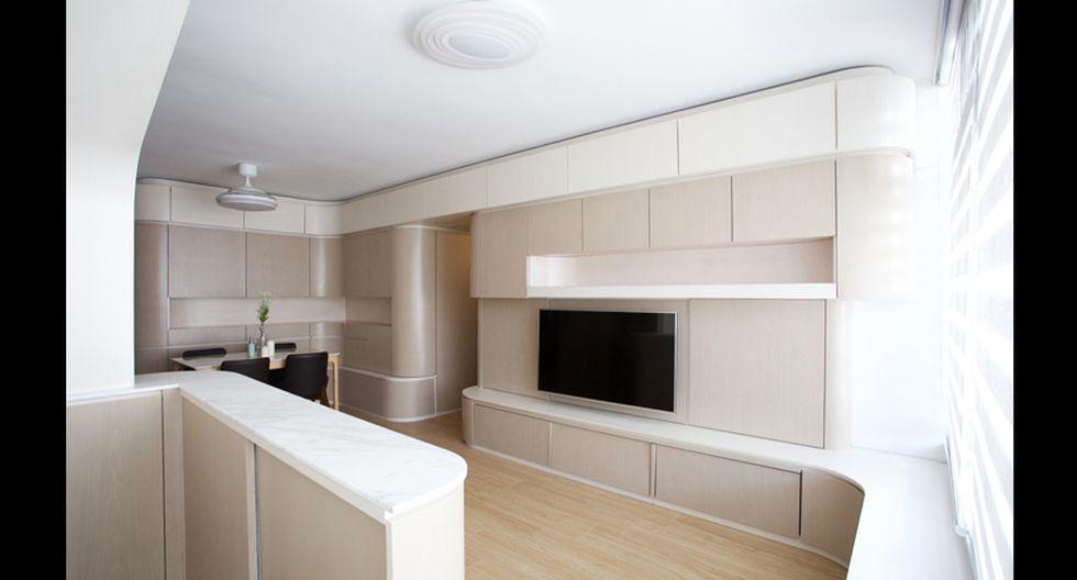 Los espacios tienen una estética limpia y depurada.  Una barra se integra a la sala. (Foto: Sim-Plex Design Studio)