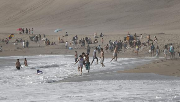 Las personas aprovecharon que algunas zonas del litoral se encuentran sin vigilancia para ingresar al mar. (Foto: Renzo Salazar/@photo.gec)