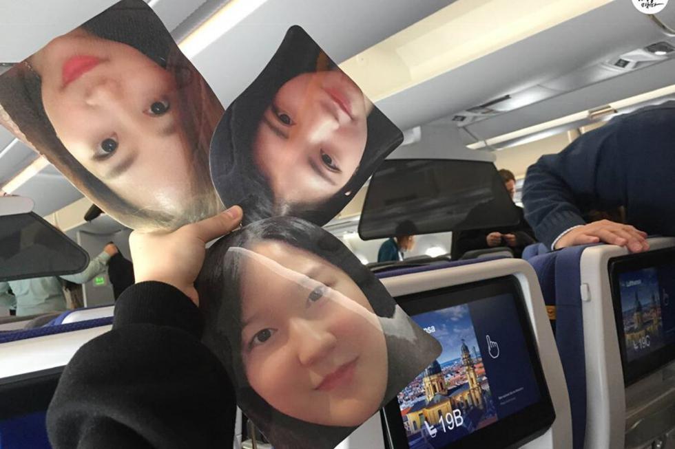 A una joven sucoreana no se le ocurrió mejor idea de imprimir las fotos de los rostros de sus mejores amigas que no pudieron acompañarla en su viaje por Europa. (Crédito: Travel Factory en Facebook)