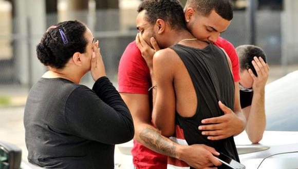La policía acordonó la zona y aseguró que pudieron salvar al menos a 30 personas. (Foto: Reuters)