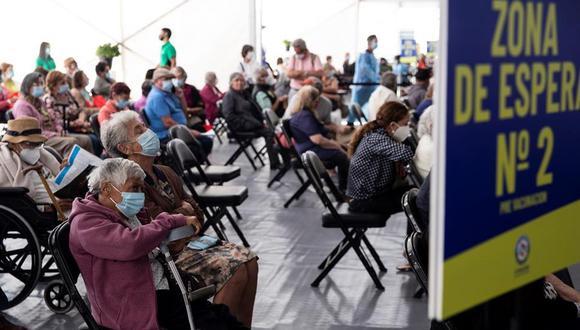 Personas mayores esperan para recibir la primera dosis de la vacuna china Sinovac contra el coronavirus Covid-19 hoy en Chile. (EFE/ Alberto Valdés).