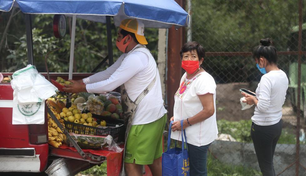 Vecinos de San José Zacatepec en Ciudad de México son vistos realizando sus labores cotidianas. Imagen del pasado 21 de julio. (EFE/Sáshenka Gutiérrez).