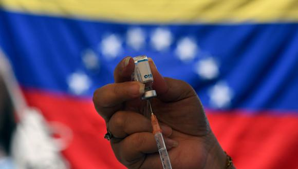 En esta foto de archivo tomada el 7 de junio de 2021 un trabajador de salud prepara una dosis de la vacuna Sputnik V contra el coronavirus en el barrio 23 de Enero en Caracas, Venezuela. (FEDERICO PARRA / AFP).