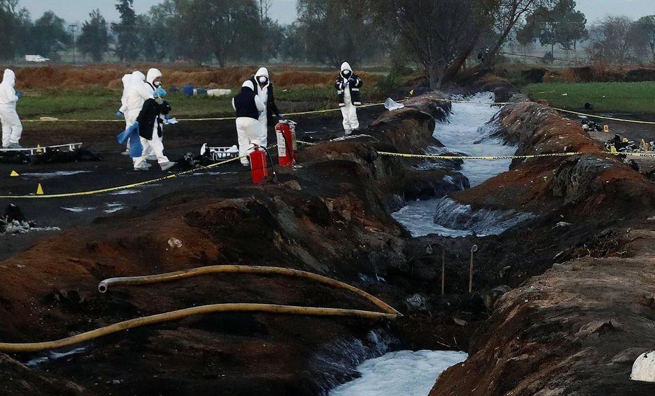 México: Dos mangueras sobresalen del ducto de Pemex que fue dañado por ladrones de combustible en la localidad de Tlahuelilpan, estado Hidalgo. (Reuters).